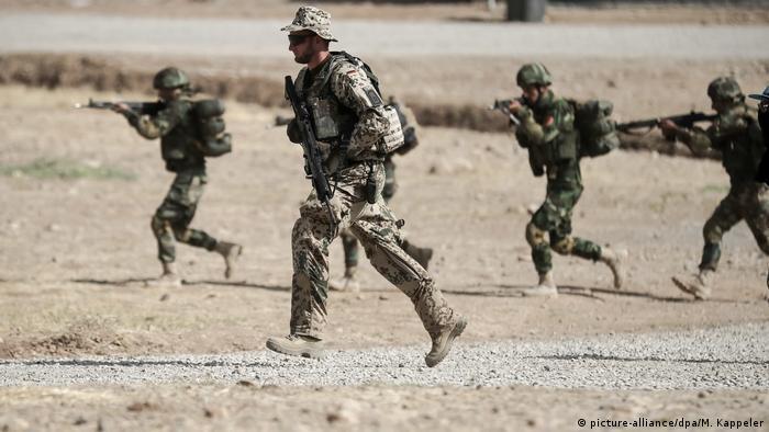Солдат бундесвера и бойцы курдских военизированных формирований пешмерга в Ираке