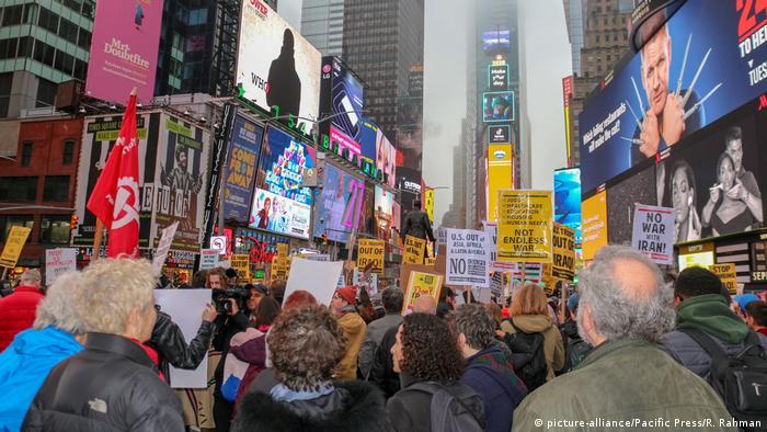 USA New York Protest gegen Trump nach tödlichem Angriff auf Soleimani im Irak (picture-alliance/Pacific Press/R. Rahman)