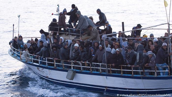 Barco com migrantes da Tunísia chega à ilha italiana de Lampedusa