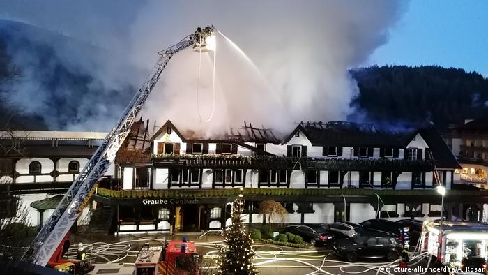 Firefighters tend to the three-Michelin-star Schwarzwaldstube (picture-alliance/dpa/A. Rosar)