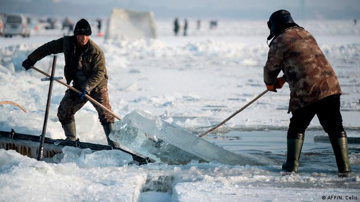 Cutting blocks of ice in the Songhua River (AFP/N. Celis)