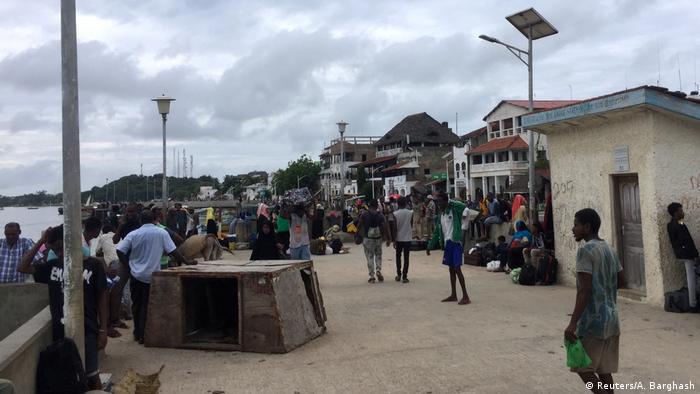 Kenia | Menschen versammeln sich in Lamu nach Al-Shabaab attacke auf U.S. Militärbasis in Manda