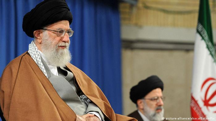 Konflikt Iran-USA | Ayatollah Ali Khamenei und Ebrahim Raisi (picture-alliance/abaca/SalamPix)