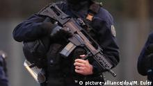Frankreich Villejuif, bei Paris   Sicherheitskräfte nach Messerangriff   AUSSCHNITT