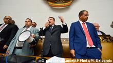 05.01.2020, Venezuela, Caracas: Luis Parra (2.v.r,vorne), neuernannter Präsident der Nationalversammlung vonVenezuela, spricht zu den Abgeordneten, nachdem er als Präsident vereidigt wurde. Der ehemalige Präsident Guaido und andere Politiker der Opposition wurden daran gehindert, an der Abstimmung teilzunehmen. Foto: Matias Delacroix/AP/dpa +++ dpa-Bildfunk +++ |