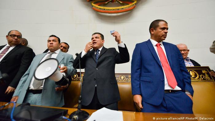 Луїс Парра (в центрі) після свого обрання головою парламенту