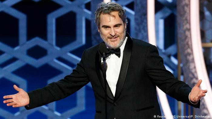 خواکین فینیکس به خاطر درخشش در فیلم جوکر جایزه بهترین بازیگر نقش اول مرد را به دست آورد. این سومین بار است که فینیکس جایزه گلدن گلوب بهترین بازیگر نقش اول مرد را کسب میکند. فینیکس در سالهای ۲۰۰۶ و ۲۰۱۴ نیز این جایزه را دریافت کرده بود. او در سال ۲۰۰۱ نیز جایزه گلدن گلوب بهترین بازیگر نقش مکمل مرد را کسب کرده بود.