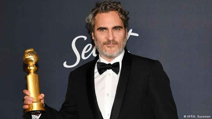 Joaquin Phoenix with trophy (AFP/A. Sussman)