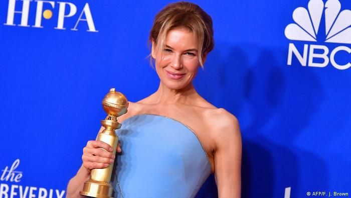 Renee Zellweger in a blue dress, trophy in hand (AFP/F. J. Brown)