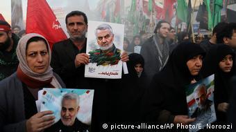 Foto de manifestantes con carteles del General Soleimani en Teherán.