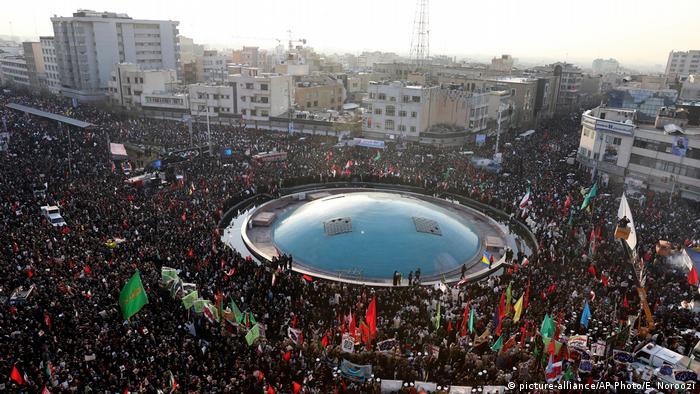 Foto de multitud en ceremonia para Soleimani en Teherán.