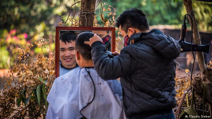 Outdoor Barber, Hanoi Friseur (Claudio Sieber)