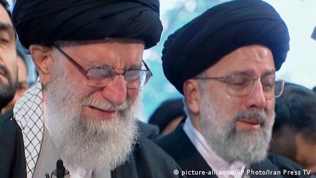 Ayatollah Ali Khamenei cries over the coffin (picture-alliance/AP Photo/Iran Press TV )