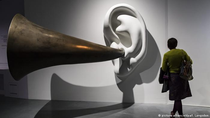 Sculpture of an ear with horn: A piece of art entitled 'Beethoven's Trumpet (with ear), opus 13' by US artist John Baldessari n (picture-alliance/dpa/I. Langsdon)