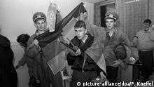 ARCHIV- Eine Gruppe Demonstranten mit der DDR-Flagge in einem verwüsteten Büro der Zentrale des Amtes für Nationale Sicherheit in Ost-Berlin am 15.01.1990. Tausende Demonstranten stürmen am 15. Januar 1990 die Zentrale der Staatssicherheit in Ost-Berlin und besiegeln das Ende des DDR-Geheimdienstes. (nur s/w - zu dpa Vor 28 Jahren: Aufgebrachte Demonstranten besetzen Stasi-Zentrale am 14.01.2018) Foto: Peter Kneffel/dpa +++(c) dpa - Bildfunk+++   Verwendung weltweit