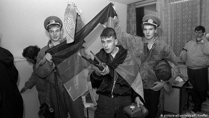 Mieszkańcy NRD szturmują centralę Stasi - 15 stycznia 1990