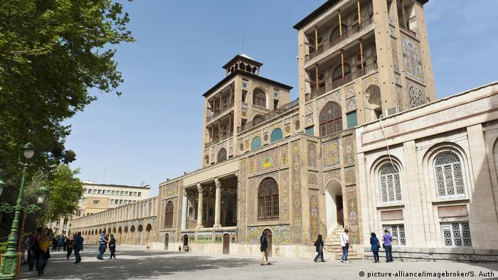 El antiguo palacio de gobierno de los Kajars fue construido a finales del siglo XVIII y fue la sede oficial del monarca persa hasta la Revolución Islámica. Entre 1925 y 1945 una gran parte del palacio fue demolido para dar cabida a nuevos edificios. Hoy en día el palacio es un museo, donde se exhiben cerámicas, joyas y armas en una exposición.