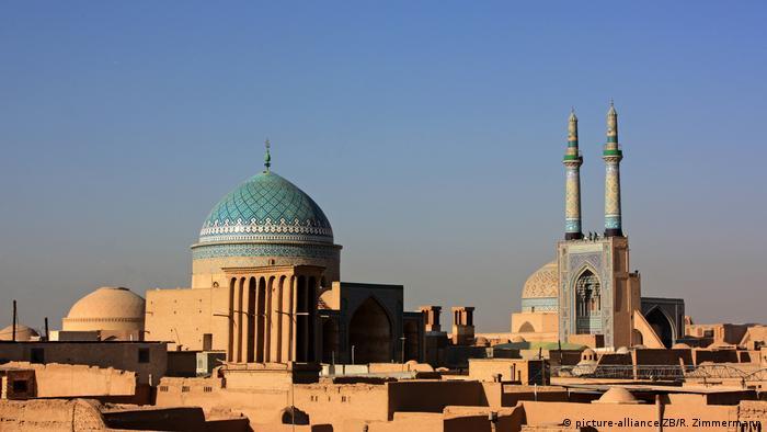 Yazd se encuentra en el centro geográfico de Irán. En el tercer milenio a.C. la ciudad fue construida en un oasis entre el desierto de sal de Kavir y el desierto de Lut. Es el centro de la religión zoroástrica y alberga numerosos templos de fuego. Para el suministro de agua se creó un sistema especial de canales y tuberías de agua, y para la refrigeración se utilizaron torres de viento.