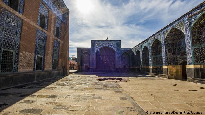 Safi Al Din era poeta y místico. El Imperio Safávida le debe a él su nombre. El complejo arquitectónico, declarado Patrimonio de la Humanidad por la UNESCO en 2010, consta de un antiguo centro sufí y la tumba del jeque. Había fundado el primer monasterio sufí en la región de Azerbaiyán y también vivía aquí con su familia. Más tarde se convirtió en un santuario de entierro para los safávides.