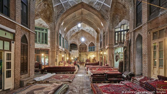 Tabriz, situada en la histórica Ruta de la Seda, ha sido durante mucho tiempo una de las ciudades más importantes de Persia. El bazar era un lugar para comercio, ceremonias religiosas y educativas. Tuvo su apogeo en el siglo XIII, cuando era la capital del Imperio Safávida. Más tarde, los safávides gobernaron en toda Persia y establecieron el islam chiíta como la religión del estado.