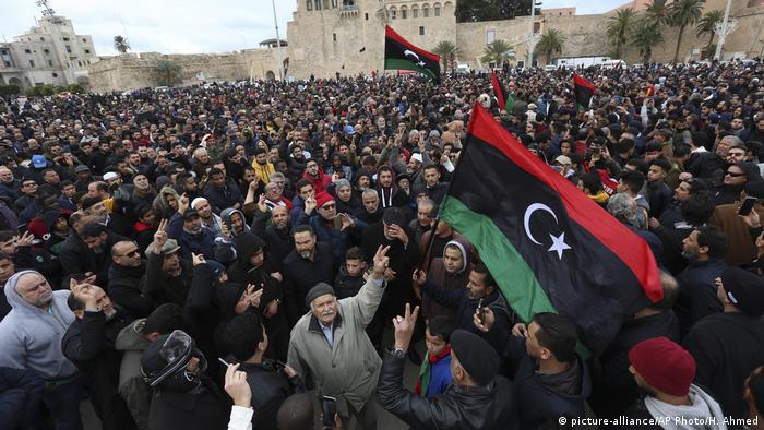 Beerdigung von 30 bei einem Luftangriff getötete Militäranwärter der anerkannten Regierung am Sonntag in Tripolis