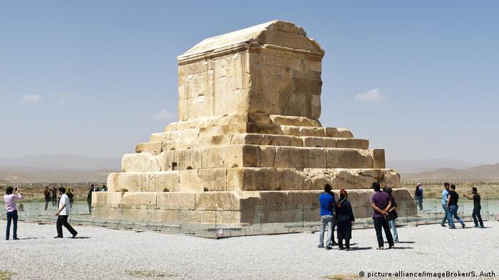 La antigua ciudad residencial persa de Pasargada está situada al noreste de Schiraz y fue fundada por el rey Ciro II en el siglo VI a.C. Fue la primera residencia del Imperio Persa bajo los aqueménidas. La ciudad tenía un sofisticado sistema de irrigación subterránea. Además, también se pueden encontrar aquí monumentos prehistóricos. En la foto se puede ver la tumba de Ciro II.