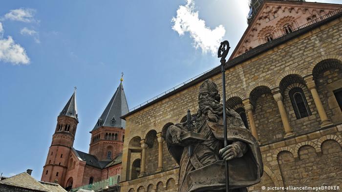 Днес Майнц е главен град на германската провинция Райнланд-Пфалц, а по времето на римляните е бил център на тяхната провинция Горна Германия. Римските войски завоюват тези земи от келтите през 12-тата година преди новата ера. Тук се е намирал и най-големият римски театър северно от Алпите - побирал е до 10 000 посетители.