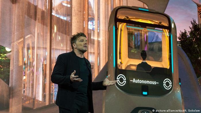 Важна роля в града на бъдещето ще играят автомобилите без водачи, разработвани от Тойота. Те ще бъдат използвани за превоза на хора, но ще служат и като мобилни офиси, магазини и дори като хотели на колела. Архитектът на града на бъдещето Бярке Ингелс представя един от тези автомобили (на снимката).