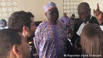 L'ancien directeur général de la CRTV, Amadou Vamoulké (au centre) lors de la 24e audience de son procès devant le Tribunal criminel spécial de Yaoundé, le 21 novembre 2019