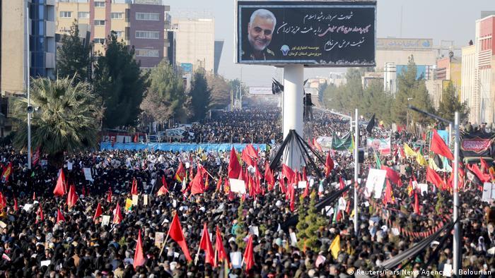 Десятки тисяч людей зібралися на поховання Сулеймані у його рідному місті Кемрані