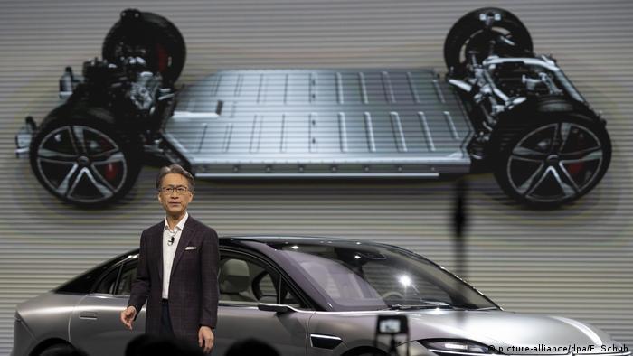 Выставка высоких технологий CES 2020 в Лас-Вегасе: глава Sony Кенихиро Ёсида представляет электромобиль концерна Vision-S