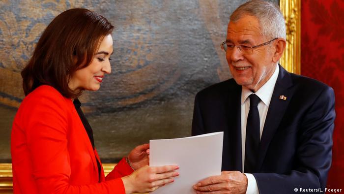 Алма Задич с президента Александър Ван дер Белен при встъпването в длъжност на новото австрийско правителство