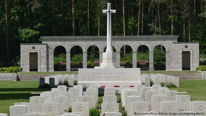 Graves and headstones in the Commonwealth War Cemetery in Berlin (picture-alliance/Arco Images/Schoening Berlin)