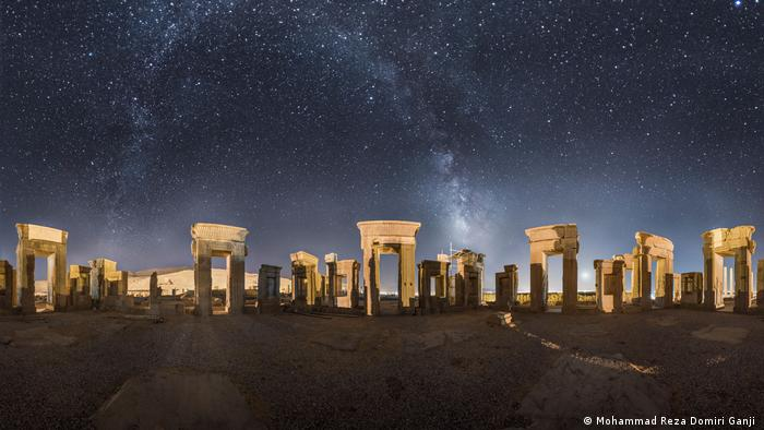 La ciudad en ruinas del sur del país, fundada en el año 520 a.C. por los aqueménidas, fue una de las capitales del antiguo Imperio Persa, que posteriormente experimentó su mayor expansión. En el año 330 a.C., Alejandro Magno puso fin al dominio de los aqueménidas e hizo quemar Persépolis en el año 321 a.C. Aún hoy se pueden admirar aquí imponentes restos de palacios, mausoleos y columnas.