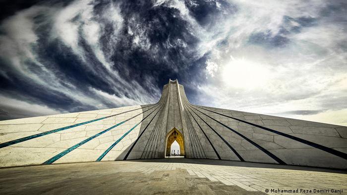 La Torre Azadi (Torre de la Libertad) mide 45 metros de altura y es el punto de referencia del Teherán moderno. Fue construido entre 1969 y 1971 para conmemorar el 2500 aniversario de la monarquía iraní. Antiguamente se llamaba Shahyad (Monumento de los Shahs). La torre está cubierta con más de 25.000 piedras de mármol blanco y es un vínculo arquitectónico islámico y sasánida.