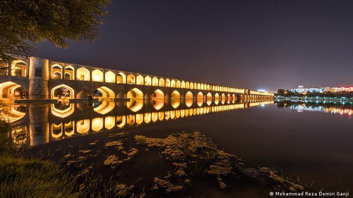 El Si-o-se Pol es uno de los once puentes sobre el río Zayandeh y consta de 33 arcos. El viaducto de dos pisos fue construido durante el período Safávida a principios del siglo XVI. Las arcadas cubiertas encierran la ruta principal de tráfico en ambos lados, unas anchas escaleras conducen a los paseos a lo largo del puente. Ahí hay varios puestos donde se puede beber té y fumar pipa de agua.