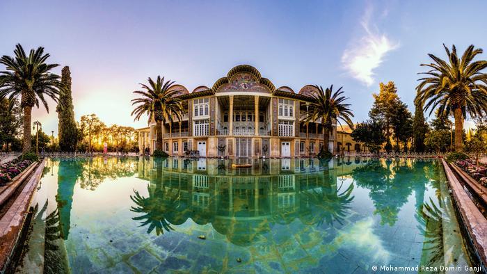 Los Jardines Persas fueron creados en la Edad Media. Están situados a lo largo de un curso de agua, rodeados de altos muros, con un palacio de verano y una cuenca de agua. El diseño del jardín es una parte esencial de la cultura persa. La antigua palabra persa para jardín, Paradaidha, fue tomada como paraíso en muchos idiomas.