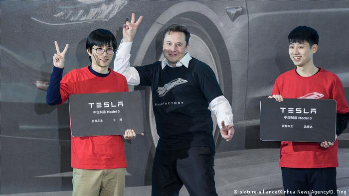 Elon Musk, CEO of Telsa with two Shanghai employees (picture-alliance/Xinhua News Agency/D. Ting)