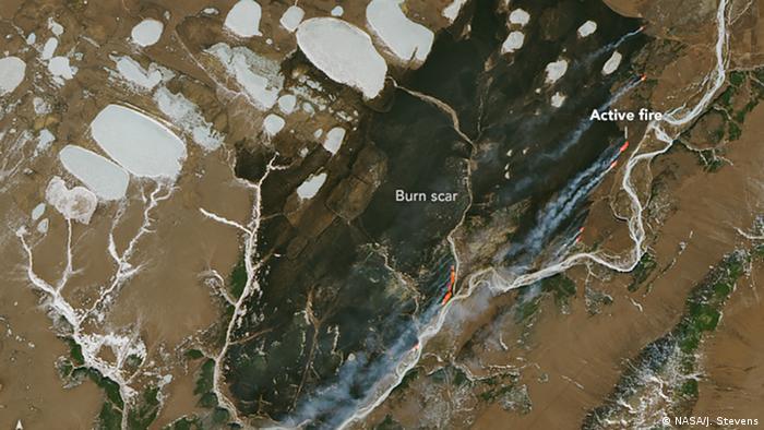 El fuego se encuentra con el hielo. La cicatriz de la quemadura claramente visible de uno de los muchos incendios forestales en Siberia en 2019.