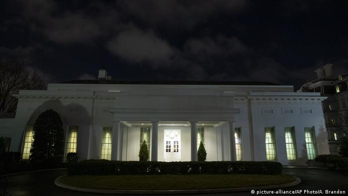 Lights were seen on in the White House late into the night US time (picture-alliance/AP Photo/A. Brandon)