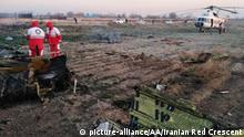 PARAND, IRAN - JANUARY 08: (----EDITORIAL USE ONLY 'Äì MANDATORY CREDIT - IRANIAN RED CRESCENT / HANDOUT - NO MARKETING NO ADVERTISING CAMPAIGNS - DISTRIBUTED AS A SERVICE TO CLIENTS----) Search and rescue works are conducted at site after a Boeing 737 plane belonging to a Ukrainian airline crashed near Imam Khomeini Airport in Iran just after takeoff with 180 passengers on board in Parand, Iran on January 08, 2020. Iranian Red Crescent / Handout / Anadolu Agency | Keine Weitergabe an Wiederverkäufer.