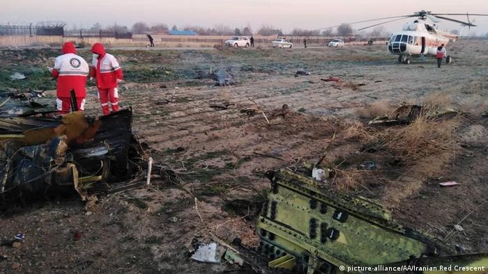 Иранские спасатели на месте падения украинского Боинга (Boeing 737) 8 января 2020 года