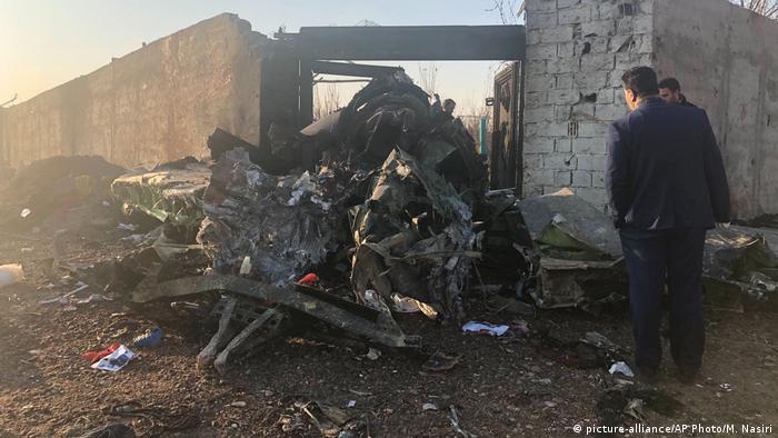 Iran Ukrainisches Passagierflugzeug nahe Teheran abgestürzt (picture-alliance/AP Photo/M. Nasiri)