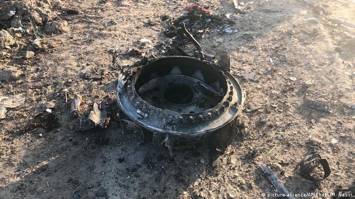 Peça do avião ficou espalhadas sobre campo onde aeronave caiu