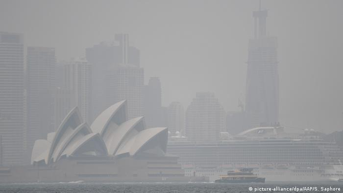 Australia's opera house covered in smoke from nearby bushfires