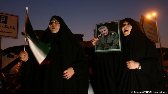 Frauen feiern am Mittwoch in Teheran den iranischen Vergeltungsschlag
