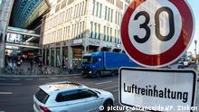 02.01.2020, Berlin: Ein Verkehrsschild zur Geschwindigkeitsbegrenzung auf Tempo 30 mit dem Zusatz «Luftreinhaltung» steht an der Potsdamer Straße. (zu «Ergebnis des Pilotversuchs: Tempo 30 kann Schadstoffe reduzieren») Foto: Paul Zinken/dpa +++ dpa-Bildfunk +++