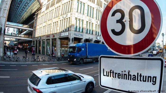Дорожный знак 30 с табличкой сохранение чистоты воздуха