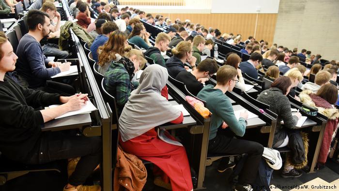 Studierende sitzen in den vollbesetzten Reihen eines Hörsaals an der Martin-Luther-Universität Halle-Wittenberg. Archivbild aus dem Jahr 2017