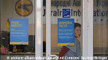 08.01.2020, Ukraine, Kiew: 6125803 08.01.2020 A woman enters a Ukraine International Airlines (UIA) office in Kiev, Ukraine. Ukraine International Airlines Boeing 737-800 passenger plane, with almost 170 people on board, crashed earlier in the day after take-off from Imam Khomeini International Airport of Tehran, Iran. All passengers and crew lost their lives. Stringer / Iranian Red Crescent Society Foto: Stringer/Iranian Red Crescent Society/dpa |